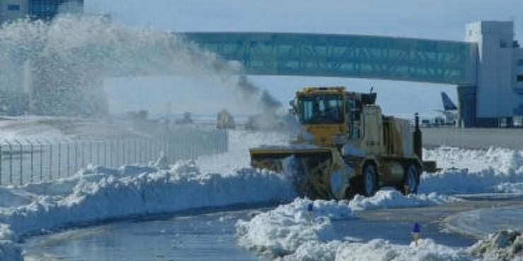 Сильные снегопады нарушили работу аэропортов Европы
