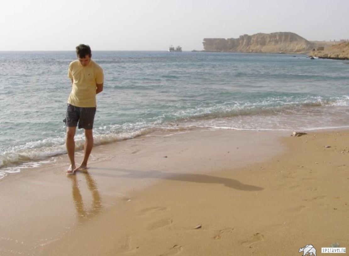 Девушка обмоталась лентой и пошла на пляж
